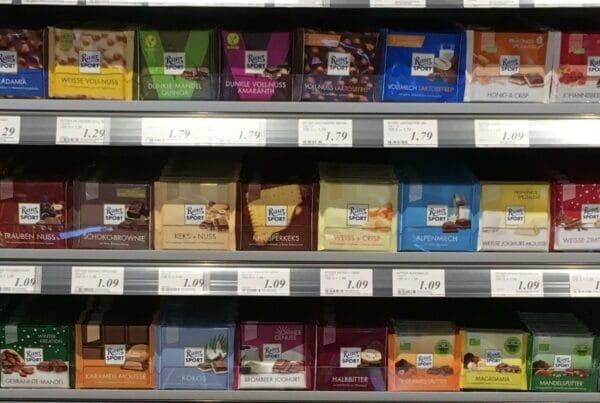 Schokolade im Regal