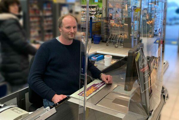 Spuckschutz an der Supermarktkasse